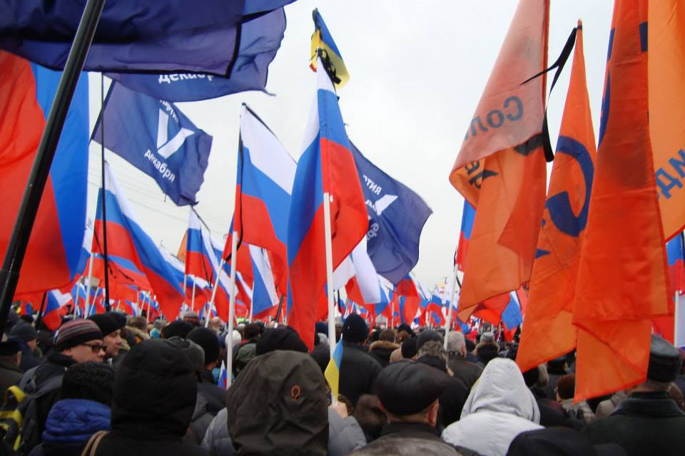 Флаги на шествии памяти Бориса Немцова