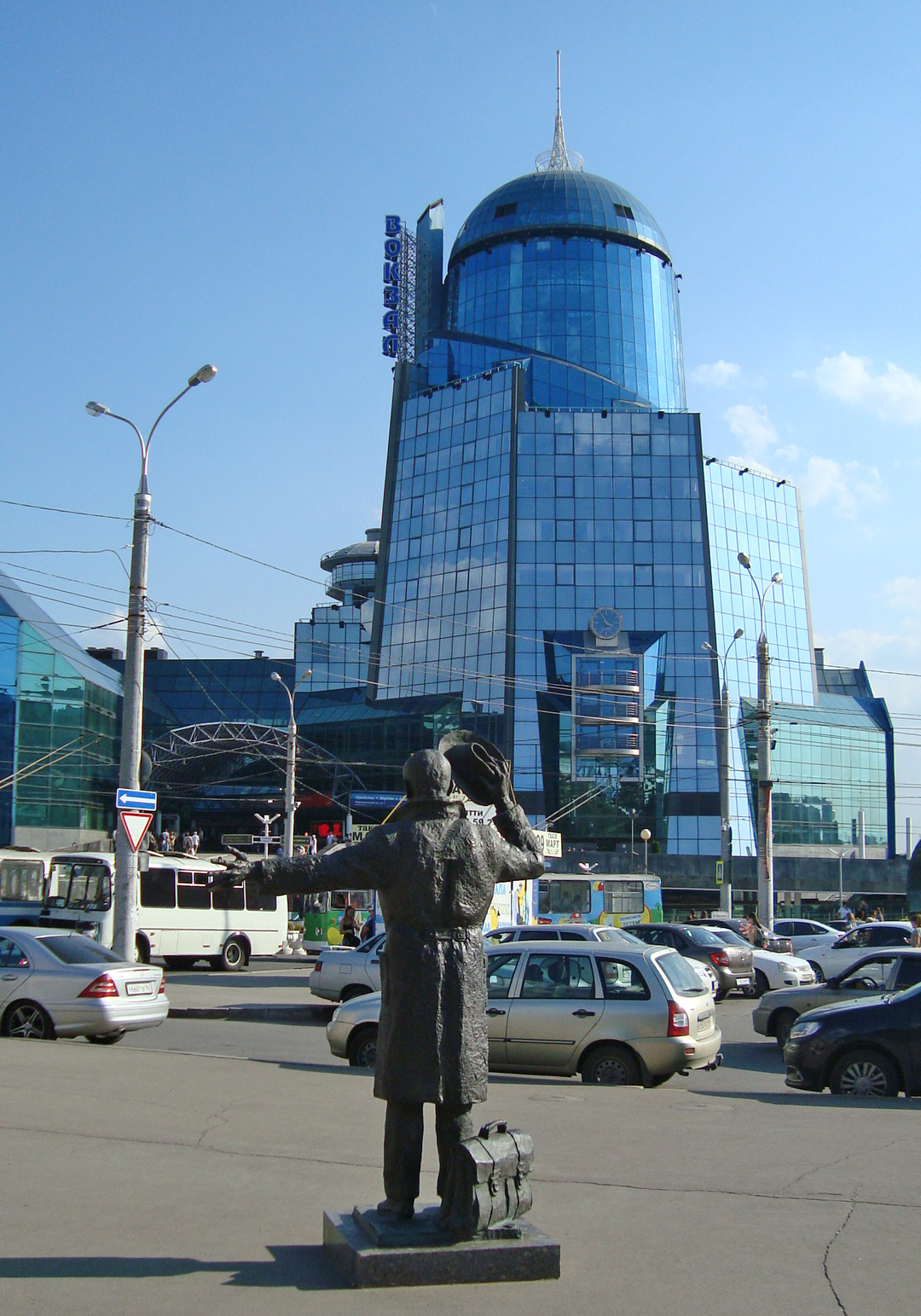 Памятник Юрию Деточкину на фоне вокзала станции Самара