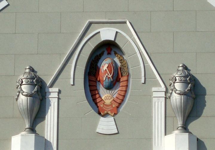 Зауженный герб СССР на здании Управления Куйбышевской железной дороги построенное в 1927г (Самара)