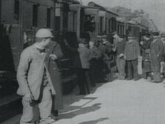 Кадр из фильма Прибытие поезда (1895)