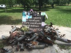 Самодельный памятник погибшим мирным жителям в Авдеевке