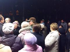 Жители Зюзино, собравшиеся на публичные слушания по поводу торгового центра