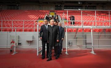 Владимир Путин (в центре) и министр спорта РФ Виталий Мутко (слева) во время посещения стадиона «Открытие Арена». Архивное фото Фото: РИА Новости